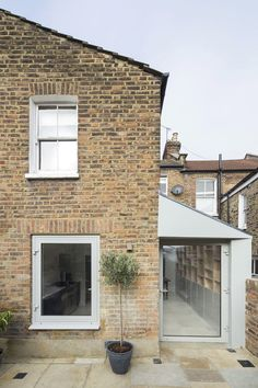 Side return extension to a terraced house in Camden Kitchen Extension Side Return, Cottage Extension, House Extension Design, Side Extension, Extension Ideas, Bungalow Extensions, House Extensions, Building A Garage, Building A House