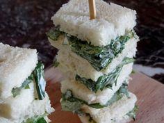 Pour accompagner un petit thé anglais voici des brochettes de sandwichs au cresson typiquement britanniques. Des douceurs salées qui ont du caractère !