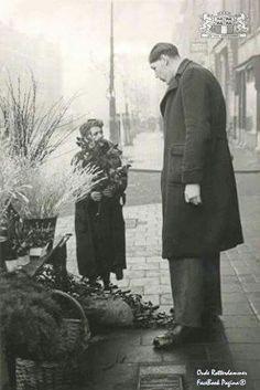 Rigardus Rijnhout (De Reus Van Rotterdam) Hij Staat Bij Een Bloemverkoopster 1942