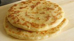Лепешки на сковороде «А-ля хачапури» Тесто: Мука пшеничная ( Без горки. Может уйти чуть меньше, или больше.) — 2.5 стак. Кефир — 250 мл Масло растительное — 50 мл Соль — 1 ч. л. Яйцо куриное — 1 шт Сода — 1 ч. л. Начинка: Творог (Вместо творога по желанию можно взять брынзу, или адыгейский сыр) — 200 г Сыр голландский (Можно взять любой твердый сыр по вкусу) — 300 г Яйцо куриное — 1 шт по желанию можно добавить мелко нарезанные зеленый лук и зелень и молотый черный перец.