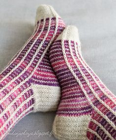 Silmukanjuoksuja: Rivinousua violetilla Loop runs: Rows in purple Knit Mittens, Knitting Socks, Hand Knitting, Knitting Machine Patterns, Knitting Stitches, Crochet Slippers, Knit Crochet, Woolen Socks, Fluffy Socks