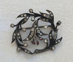 Online veilinghuis Catawiki: Elegante zilveren en 18 kt gouden speld, uit de Romantische tijd, met 1,1 ct aan robijn en diamanten