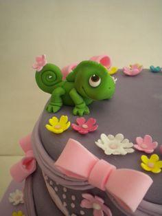 Rapunzel cake with Pascal Bolo Rapunzel, Rapunzel Birthday Cake, 4th Birthday Cakes, Rapunzel Cake Ideas, Fondant Toppers, Fondant Cakes, Cupcake Cakes, Cake Topper Tutorial, Fondant Tutorial