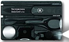 Victorinox - SwissCard Lite Onyx con Led Bianco Dimensioni: 82 x 54,5 x 4,5 mm Colore: nero Lama di emergenza (tagliacarte), forbici, lente d'ingrandimento, cacciavite da 3 e 5 mm, cacciavite Phillips 00/0 Cacciavite Phillips 1/2, pinzette, penna a sfera pressurizzata, spillo, LED
