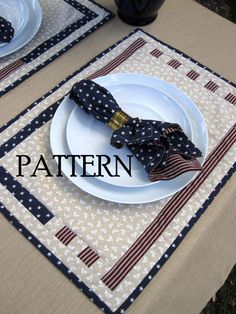 Like this look for using patriotic fabrics. by annabelle Table Runner And Placemats, Quilted Table Runners, Quilt Placemats, Quilted Potholders, Place Mats Quilted, Quilted Gifts, Quilted Table Toppers, Sewing Table, Mug Rugs