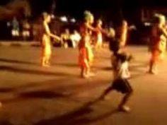 Aksi seorang bocah ikut menari..Lucu banget (Action boy really participa...