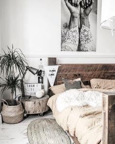 chambre cocooning aux accents de déco naturelle et une tete de lit bois brut pour un scandinave authentique