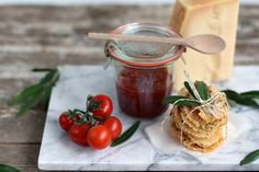Verlockendes...: Ein kleines Mitbringsel für liebe Gastgeber: Grana Padano Cracker + Tomatenchutney