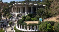 Park Güell er en stor offentlig park i Barcelona designet af Gaudi. Det er med god grund den mest besøgte turistattraktion i Barcelona. Læs om hvordan du kommer til Park Güell, billetter, priser, åbningstider og meget mere.