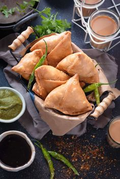 Samosa is a deep fried savoury tea time or party snack stuffed with spicy potato and peas filling within. These are super crisp, perfect flaky and super easy to make! Serve it with sweet tamarind chutney and green chutney along with cup of hot masala tea. Indian Snacks, Indian Food Recipes, Gourmet Recipes, Vegetarian Recipes, Snack Recipes, Dinner Recipes, Iftar, Chutneys, Green Chutney