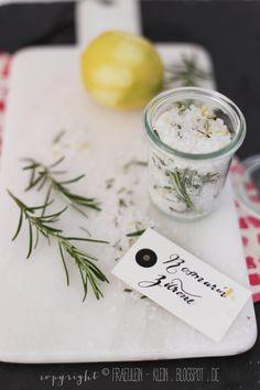 Rosemary Lemon Salt Recipe by Fräulein Klein Homemade Gifts, Diy Gifts, Mango, Baking School, No Salt Recipes, Tiny Food, Food Plating, Fresh Herbs, Little Gifts