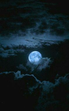 Gecenin lacivert örtüsü semayı kaplarken. Kirpiklerimden damlayan uykuya bulanırım!. . .
