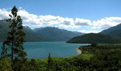 Chubut - Parque Nacional Lago Puelo. Anexo del Parque Nacional Los Alerces. Abarcando un superficie de 23.700 hectáreas ubicada hacia el noroeste de la provincia de Chubut y sobre el límite internacional con Chile, protege un paisaje único en la región norpatagónica.