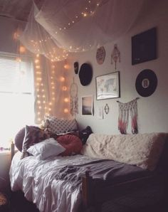 Cozy dorm room, indie dorm room, college dorm bedding, lights in dorm Dorm Room Canopy, Cozy Dorm Room, Cute Dorm Rooms, Cozy Bedroom, Bedroom Simple, Pretty Bedroom, Bedroom Wall, Dorm Room Ideas For Girls, Dorm Bedding