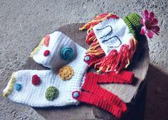 Conjunto confeccionado em crochê <br>Detalhes - cabelo de lã. Flor chapéu <br>Cor - branco,vermelho,verde,mescla <br>Tamanhos RN/ 1 a 3/ 3 a 6/ 6 a 9 / 9 a 12 meses