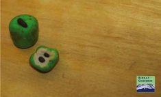 Fimo dollhouse sized apples via Birkat Chaverim. Jewish High Holidays, Simchat Torah, Yom Kippur, Educational Crafts, Rosh Hashanah, Fimo Clay, Children And Family, Pin Image, Apples