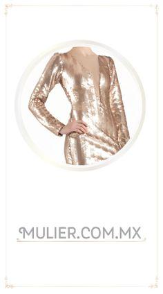 Vestido largo, color dorado con escote al frente.  $1,759