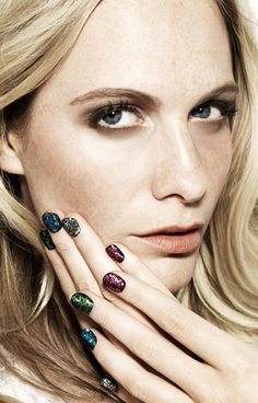 LE FASHION BLOG POPPY DELEVINGNE MULTI COLORED GLITTER NAIL POLISH MANICURE NAILS INC BLING ON THE ROCK THE AFTER PARTY KIT SEPHORA SPOKESWOMAN FACE OF EACH NAIL DIFFERENT COLOR NAIL ART CONFETTI SPARKLE SHIMMER BRITISH SOCIALITE BLONDE NATURAL BEAUTY FRECKLES EYELINER MASCARA