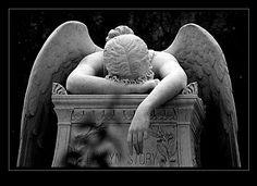 L'angelo del dolore - 1895 - William Wetmore Story - Sepoltura degna di nota, quella dello scultore statunitense William Wetmore Story (1819-1895), sopra cui è installata una celebre scultura in marmo e pietra realizzata dallo stesso Story per la morte della moglie Emelyn (1820-1895) e che ora accoglie i resti di entrambi.