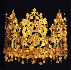 antigo: cocar de ouro com uma coroa de árvores, Tillya Tepe, no Afeganistão