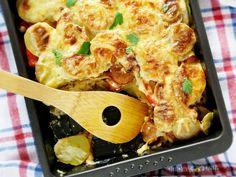 Przepis na chłopską zapiekankę z ziemniaków i kiełbasy. Jak zrobić Chłopska zapiekanka z kiełbasy i ziemniaków Prosta i smaczna. Chłopska zapiekanka z kiełbasy i ziemniaków jest lubiana zwłaszcza przez mężczyzn. Prawdziwy kulinarny klasyk! Zapiekanka ziemniaczana z kiełbasą i cebulą, zapieczona pod śmietanowo-serową kołderką. Ze swojej strony polecam wzbogacić danie o czerwoną Shrimp, Good Food, Cooking Recipes, Meat, Chicken, Polish, Vitreous Enamel, Chef Recipes