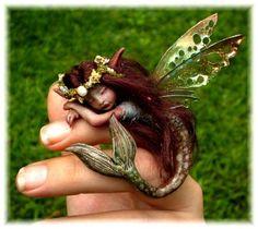 目测是软陶捏的人偶。。。。太赞了!!!!但是为什么人鱼会有翅膀。。。。。