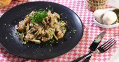 Η συνταγή αυτή αποτελεί ρώσικο πιάτο και πήρε το όνομα της από τον κόμη Στρογκανόφ όταν ο σεφ της οικογένειας κέρδισε σε ένα διαγωνισμό με αυτή τη συνταγή. Η ντεμί-γκλας, είναι συμπυκνωμένος ζωμός προερχόμενος από βρασμό ψημένων και στη συνέχεια βρασμένων οστών μοσχαριού. Η συγκεκριμένη συνταγή είναι π�%B