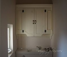 DIY instruction how to make a french & antique style - shabby chic painted cabinet in a toilet.『DIYでシャビーシックなインテリア&ガーデニング』トイレ収納 DIY 作り方