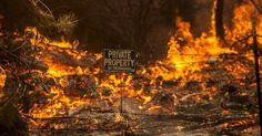 Placa indica propriedade privada durante incêndio florestal que atinge o condado de Lake, na Califórnia (EUA)