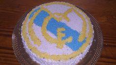 Pastel del Real Madrid, relleno de nata y fresa y dulce de leche con nueces picadas, decorada con nata y granas de colores.