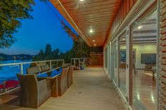 Superbe maison au bord de l'eau avec un impressionnant lounge extérieur à Montréal - Joli Joli Design