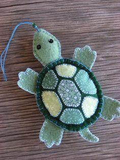 Felt turtle with applique - photo only/no pattern Felt Diy, Felt Crafts, Fabric Crafts, Sewing Crafts, Sewing Projects, Felt Projects, Felt Embroidery, Felt Applique, Felt Christmas Ornaments