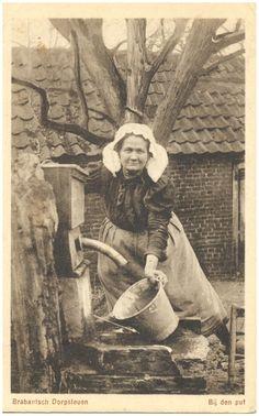 """Het pompen van water door de boerin - 1900 - Brabant Mijn oma droeg zo'n """"poffer"""" op een foto die ik nog heb."""