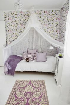Flower wall paper, bed canopy and carpet. I want to move in here.