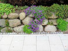 Garten-anders: Findlinge für eine Steinmauer / Natursteinmauer und Steingarten kombiniert