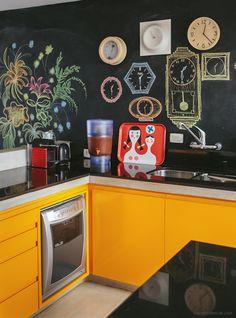 Tinta de lousa, armários amarelos, cozinha integrada... bem difícil não se inspirar nesse apartamento! Mais em www.historiasdecasa.com.br #todacasatemumahistoria #paredelousa #cozinha