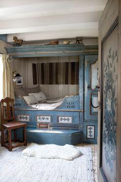 Heldig er den som får sove her! Den vakre sengen kommer fra Numedal og er tidlig 1700-tall. (Rutete puter fra Bolivar Home.)