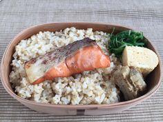 玄米ごはん260g 、秋鮭幽庵焼き、水菜地浸し、出汁巻き(二個)、叩き牛蒡