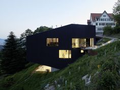 The timber structure in Korean traditional architecture presents fundamental nature of sustainability, maintaining the concept of physical space(whole) even after continuous renovation, change and transformationof mat. Terrazzo, Houses On Slopes, Hillside House, Timber Structure, Painting Concrete, Timber House, Forest House, House On A Hill, Residential Architecture