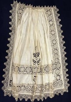 Apron of white linen with cutwork lace decorations, late 16th or early 17th century (The Met, New York)