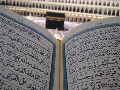 Quran in front of the Ka'ba. Photo by chzaib (Pixabay)
