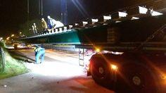 Het is een megaoperatie, het vervoeren van onderdelen voor de nieuwe wissels in #Zevenaar. Vannacht werd een wisselonderdeel van maar liefst 38 meter van Hilversum naar Zevenaar gebracht. De vrachtwagencombinatie die het onderdeel moest vervoeren was 42 meter lang. Donderdag 20 augustus 2015. Via www.omroepgelderland.nl.