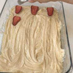 """330 Beğenme, 26 Yorum - Instagram'da Özlem ÖZTÜRK (@sutlumutfak): """"3 dakikada hazırlayabileceğiniz 20 dakika da pişen enfes bir kek  üzerine de çilek ve bisküvi…"""""""