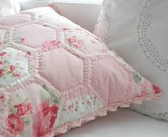 hand quilted hexagon pillow- pretty in pink Quilting Projects, Sewing Projects, Fabric Crafts, Sewing Crafts, Shabby, Sewing Pillows, Hexagon Quilt, Creation Couture, Vintage Sheets