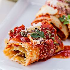 These Pizza Lasagna Rolls will rock you to Pizza/Lasagna heaven! #lasagnarolls #pizzarolls
