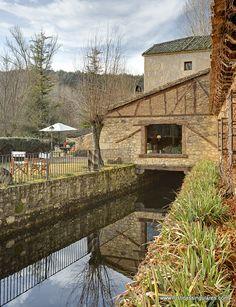 El agua es protagonista de la zona ajardinada que rodea la construcción