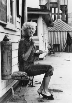 Hollywood sex symbol Jayne Mansfield breaks for lunch during the shooting of 'Too Hot To Handle' on Lambeth Pier. Get premium, high resolution news photos at Getty Images Marilyn Monroe Cuadros, Marilyn Monroe Fotos, Hollywood Stars, Classic Hollywood, Old Hollywood, Divas, Jayne Mansfield, Lauren Hutton, Natalie Wood