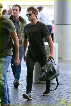 Zac Efron at LAX Airport (22/April)