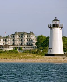 Martha's Vineyard charmer with a seaside-chic look, two restaurants, a boat and views of Edgartown Lighthouse. #jetsettering