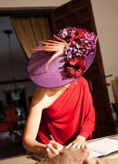 Love me some hats with an off the shoulder, very sleek. Sombreros Fascinator, Fascinator Hats, Fascinators, Headpieces, Millinery Hats, Fancy Hats, Kentucky Derby Hats, Love Hat, Red Hats